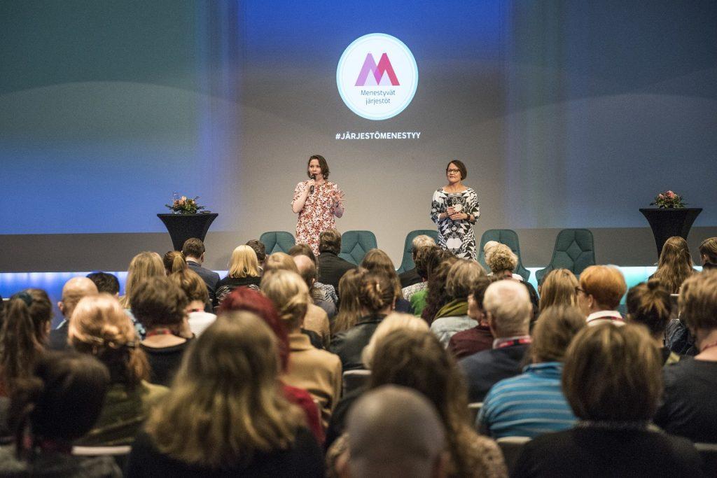 Salla Saarinen ja Heidi Korva tapahtuman lavalla yleisön edessä